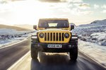 Jeep Wrangler 2019 head-on tracking shot