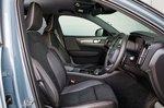 2020-Volvo-XC40-front-seats