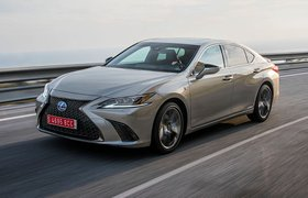 Lexus ES front tracking shot