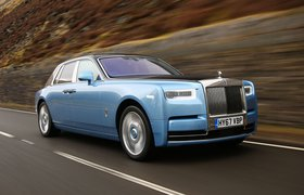 Rolls-Royce Phantom 2018 Right road tracking shot