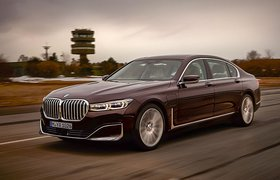 BMW 7 Series 2019 front left tracking shot