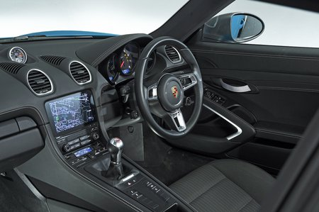 Porsche 718 Cayman T dashboard - 19-plate car