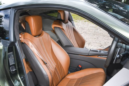 Lexus LC 500 2020 front seats