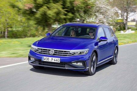 Volkswagen Passat Estate 2019 front wide tracking