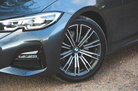 BMW 3 Series 2019 front quarter detail