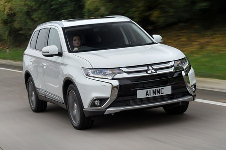 Mitsubishi Outlander 2019 front right tracking shot