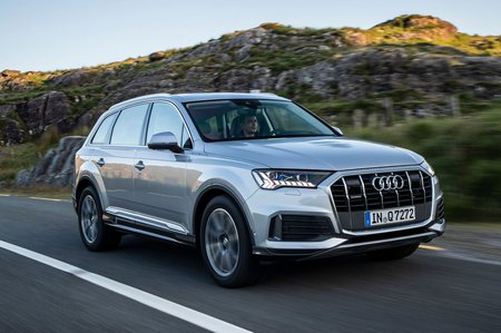 Audi Q7 2019 Awards front right tracking