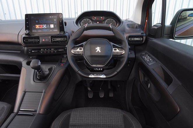 2018 Peugeot Rifter cornering dash