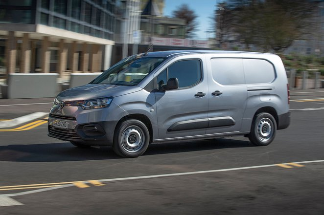 Toyota Proace City side-on action
