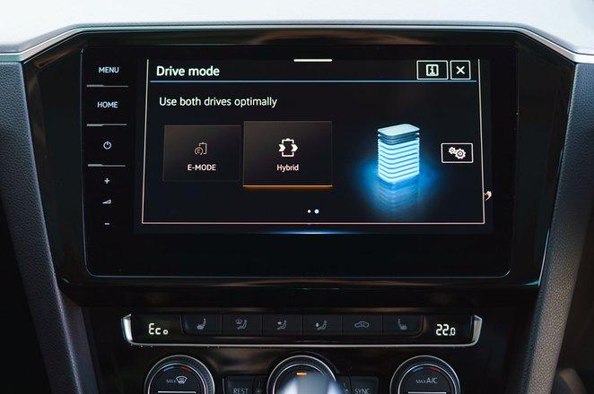 Volkswagen Passat GTE 2021 infotainment / energy display