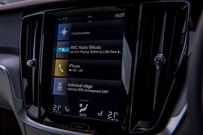 Volvo V60 Cross Country 2021 interior infotainment