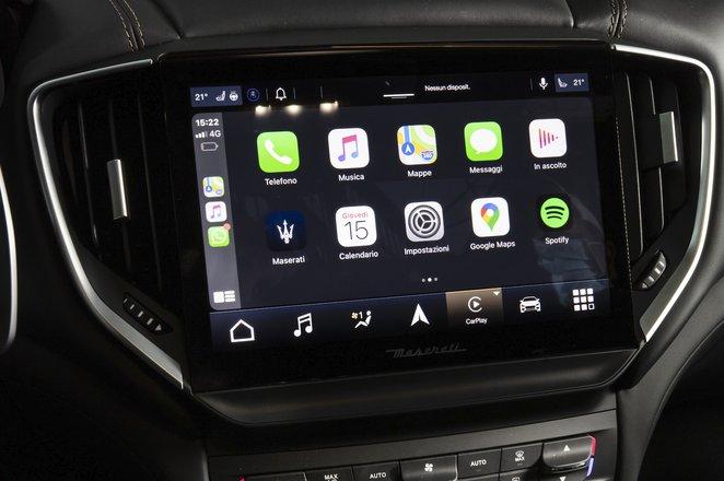 Maserati Ghibli Hybrid 2021 interior infotainment
