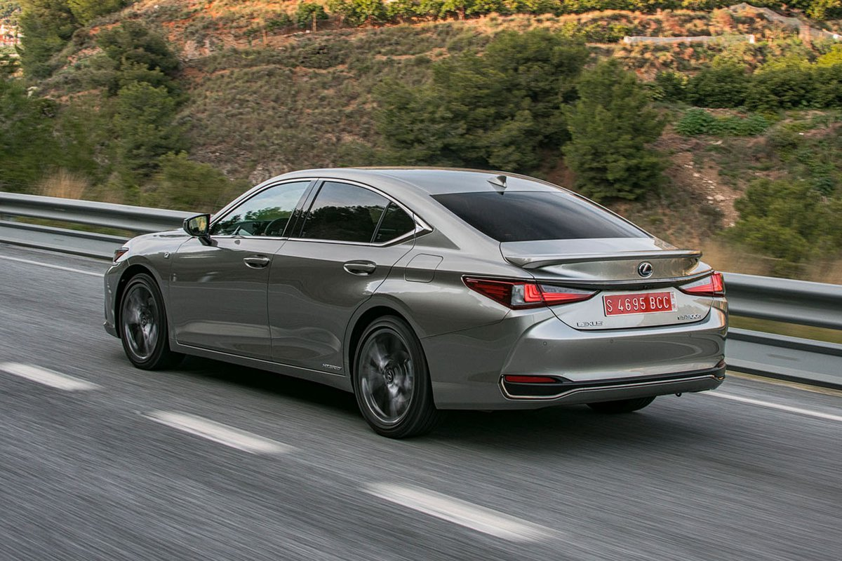Lexus ES 2019 rear left tracking shot