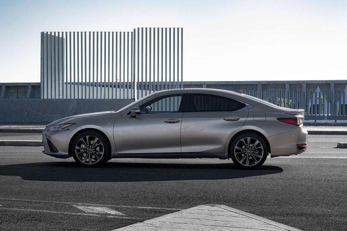 Lexus ES 2019 left side tracking shot