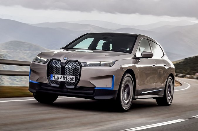 BMW iX 2021 in curva anteriore