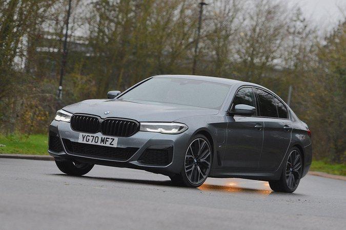BMW Serie 5 2021 in curva anteriore sinistra