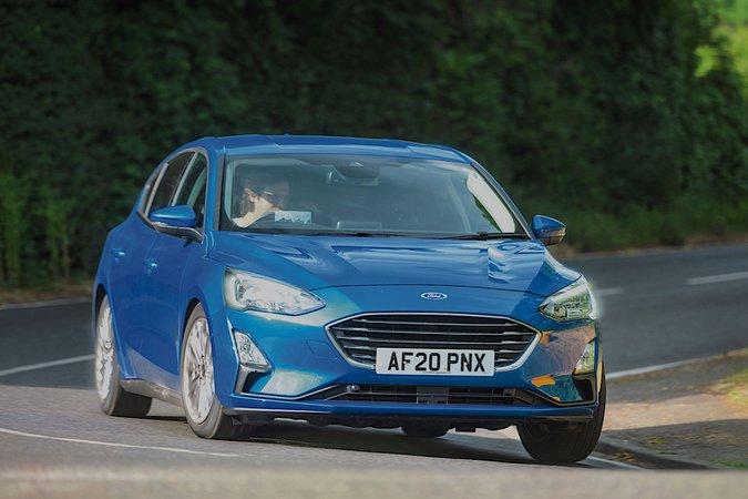 Ford Focus 2021 em curva dianteira