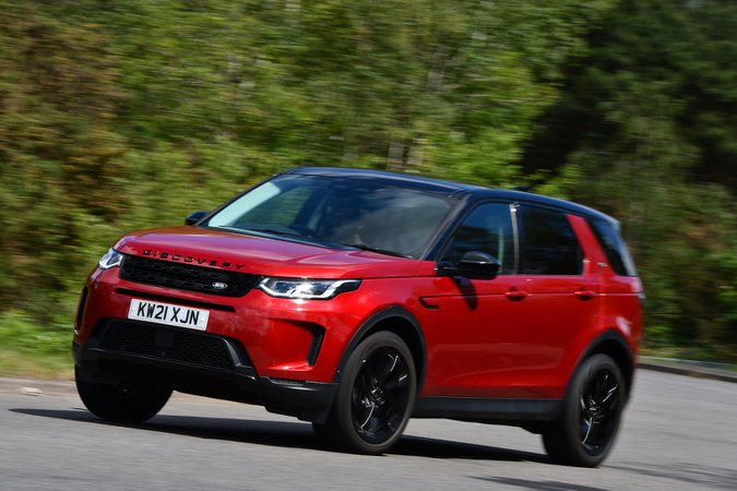Land Rover Discovery Sport 2021 in curva anteriore sinistra