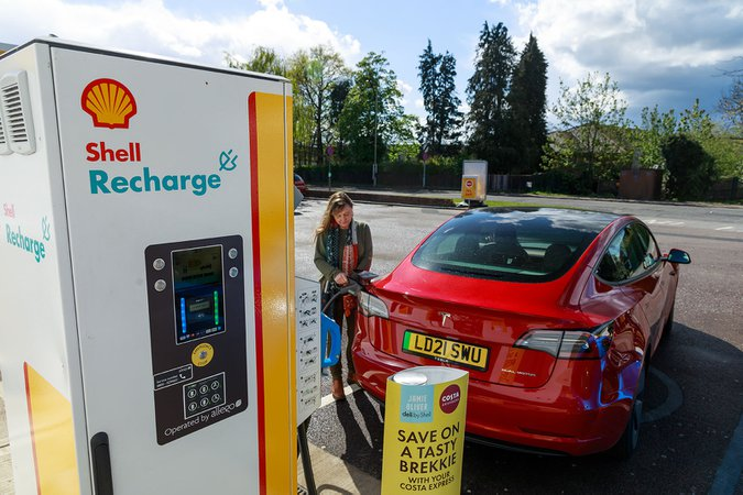 Shell Recharge charging point with Tesla Model 3 21-plate