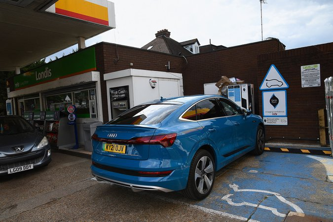 Geniepoint charging station with Audi E-tron Sportback 21-plate