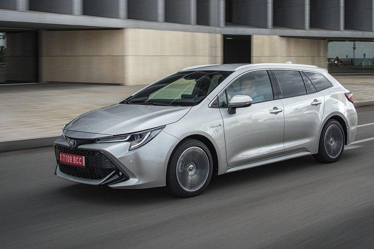 Toyota Corolla Touring Sport 2019 left tracking shot
