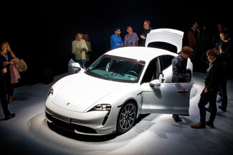 Porsche Taycan reader test team