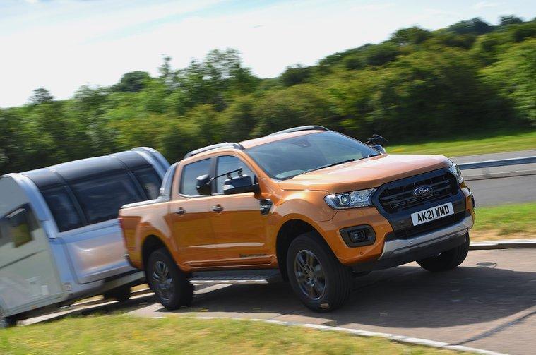 Ford Ranger rebocando uma caravana