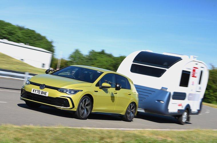 Volkswagen Golf rebocando uma caravana