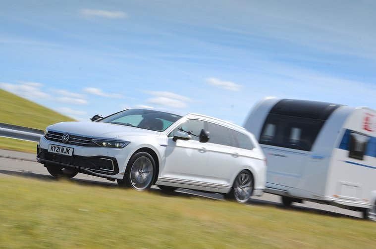 Volkswagen Passat Estate rebocando uma caravana