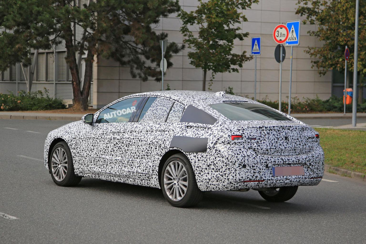 2017 Vauxhall Insignia - Ford Mondeo rival in detail