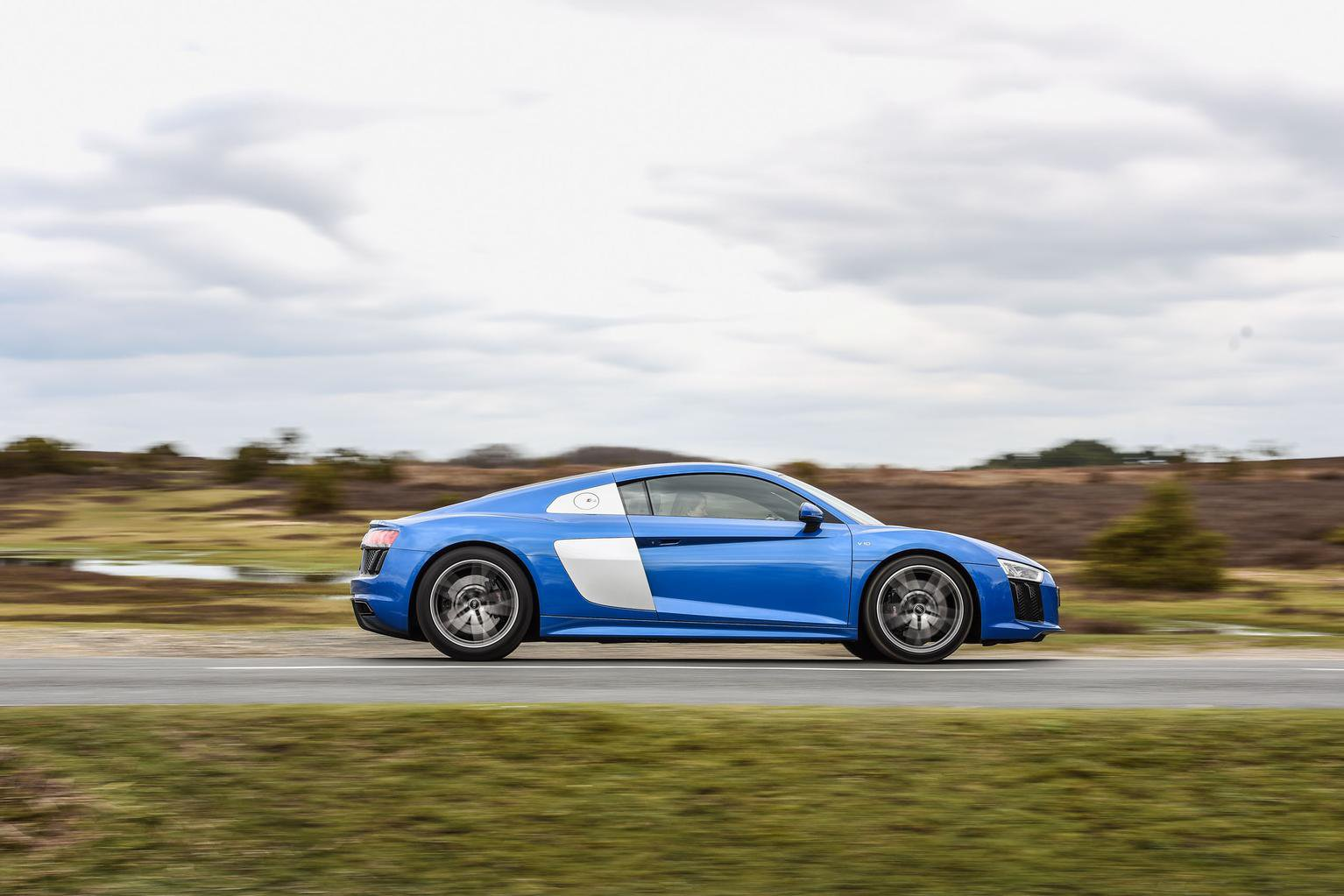 Audi R8 vs Porsche 911 Turbo