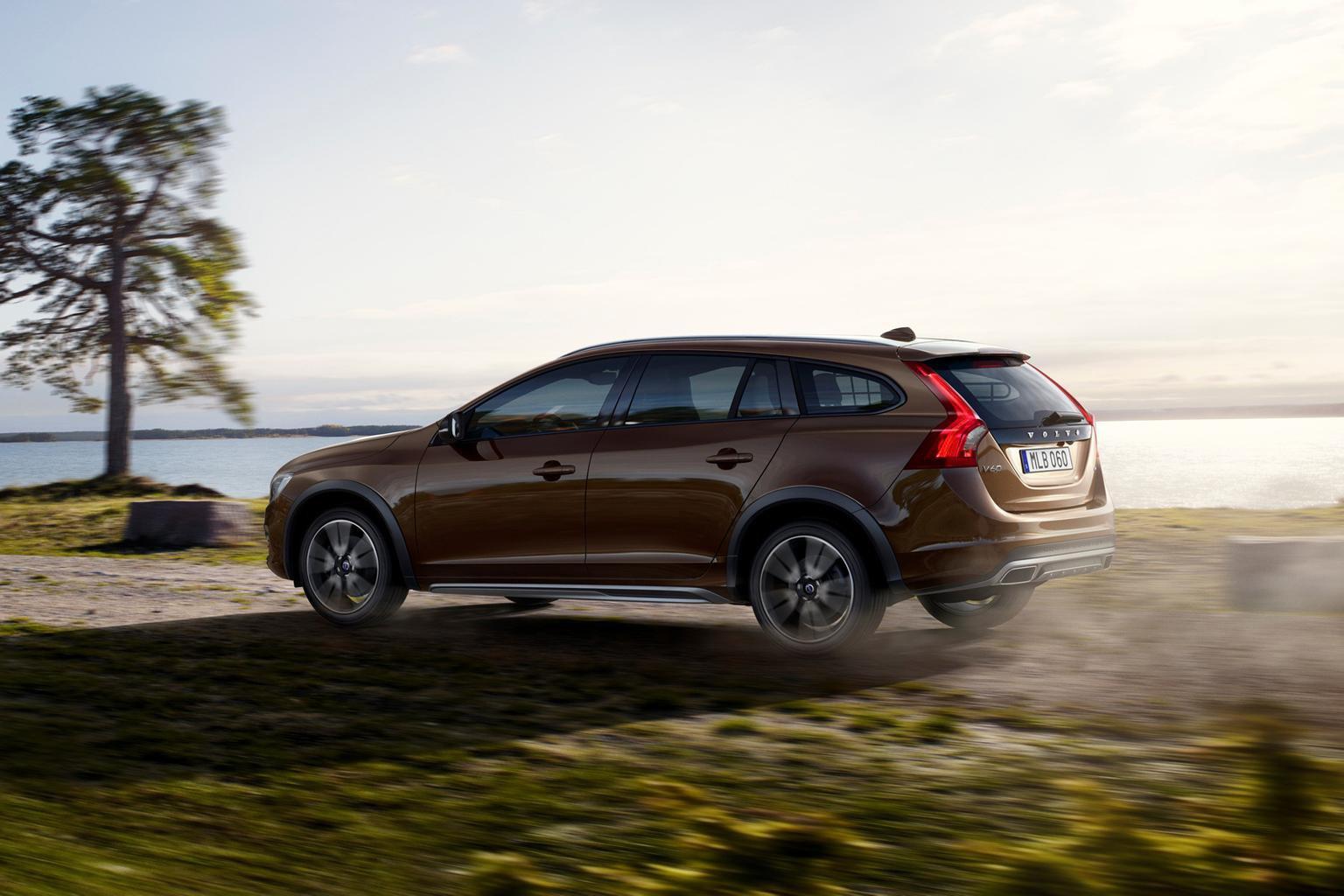 2015 Volvo V60 Cross Country revealed