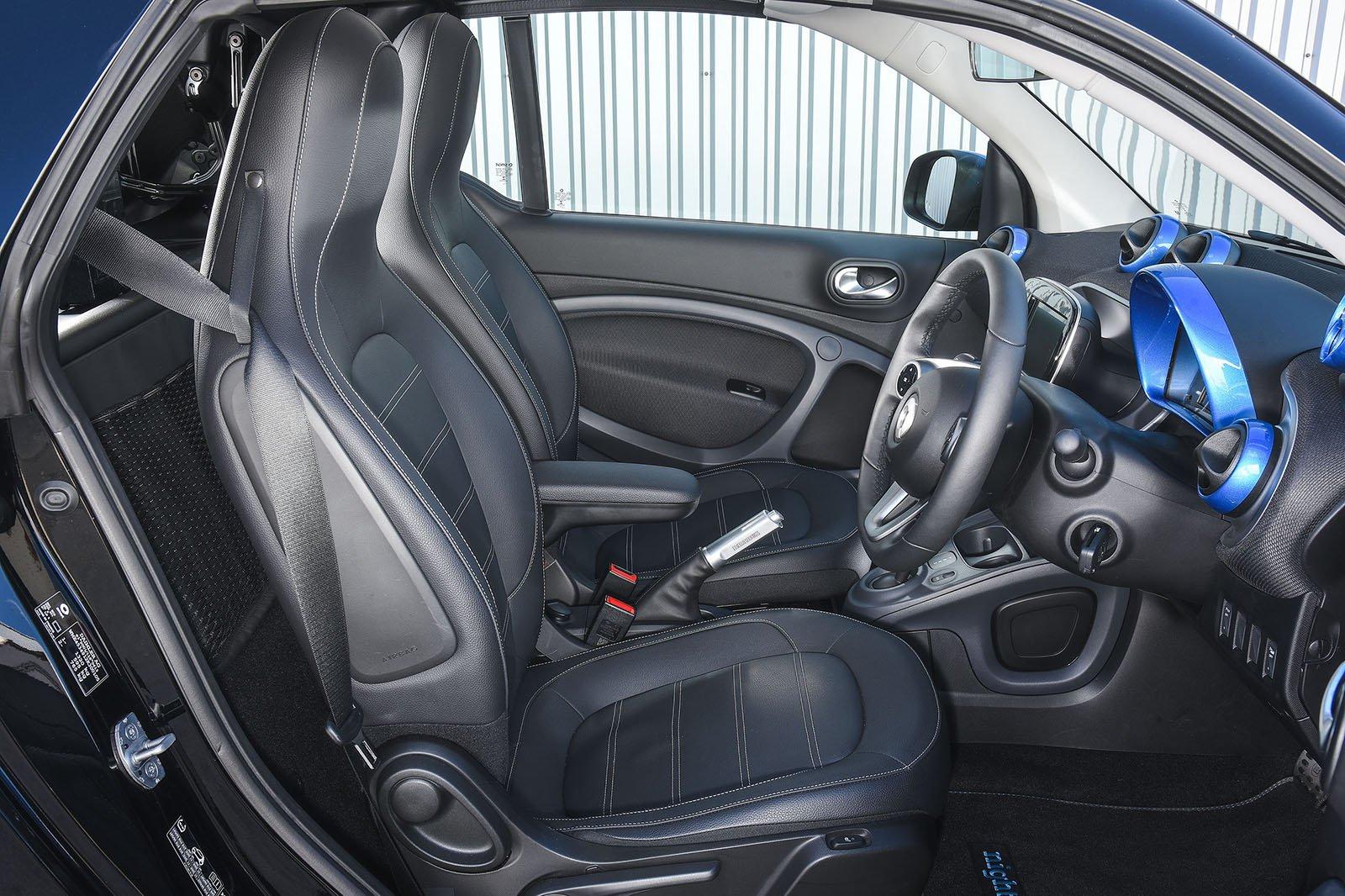 Smart ForTwo EQ Cabrio front seats