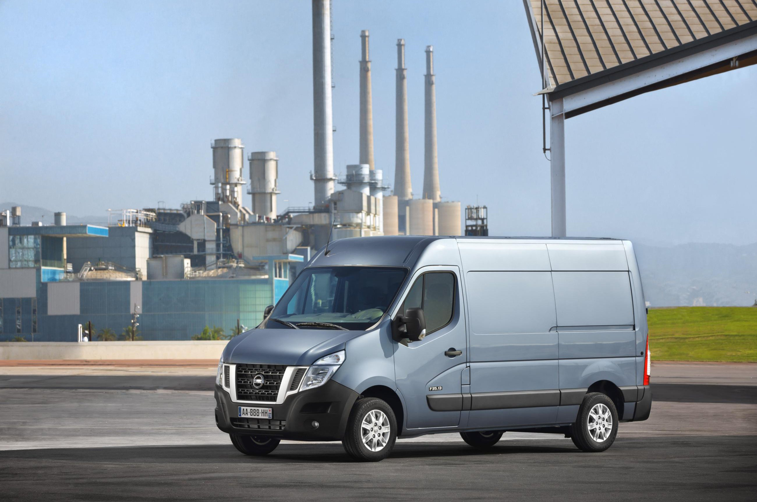 Nissan NV400 side on view
