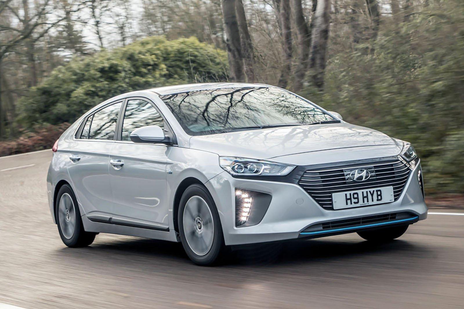 Hyundai Ioniq 2018 front right tracking shot