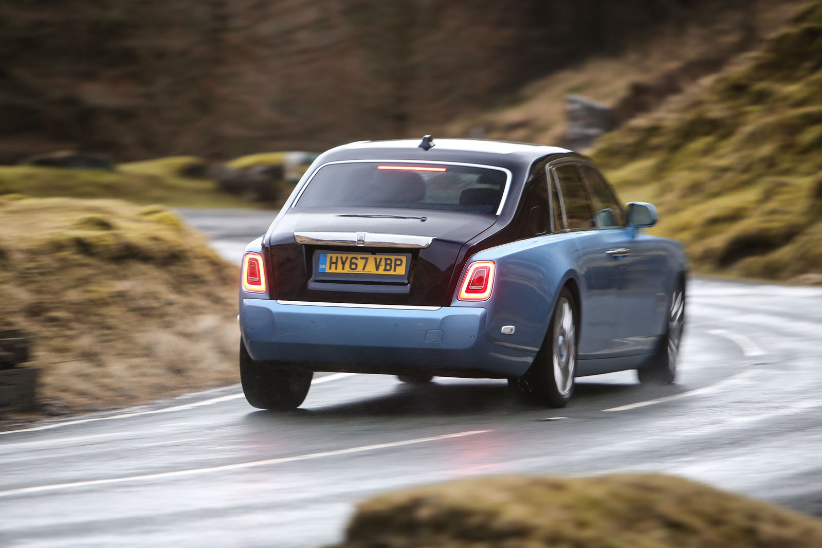 Rolls-Royce Phantom 2018 rear road tracking