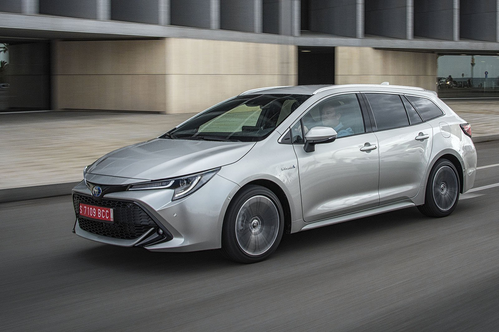 Toyota Corolla Touring Sport 2019 left tracking shot
