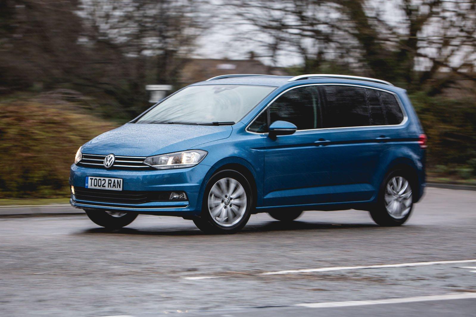 Volkswagen Touran 2019 left panning shot