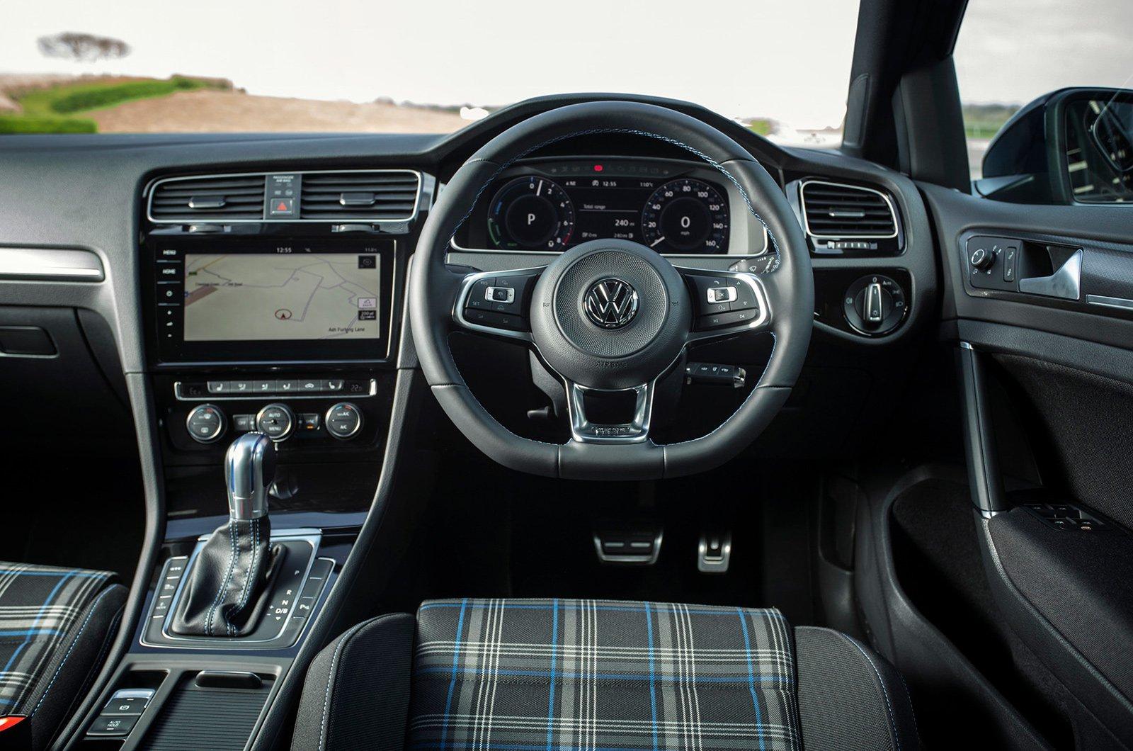 3: Volkswagen Golf GTE - interior