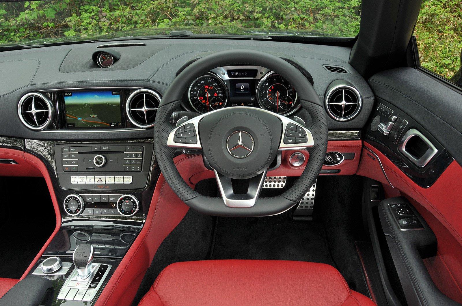 Mercedes-Benz SL 400 AMG Line Premium - interior