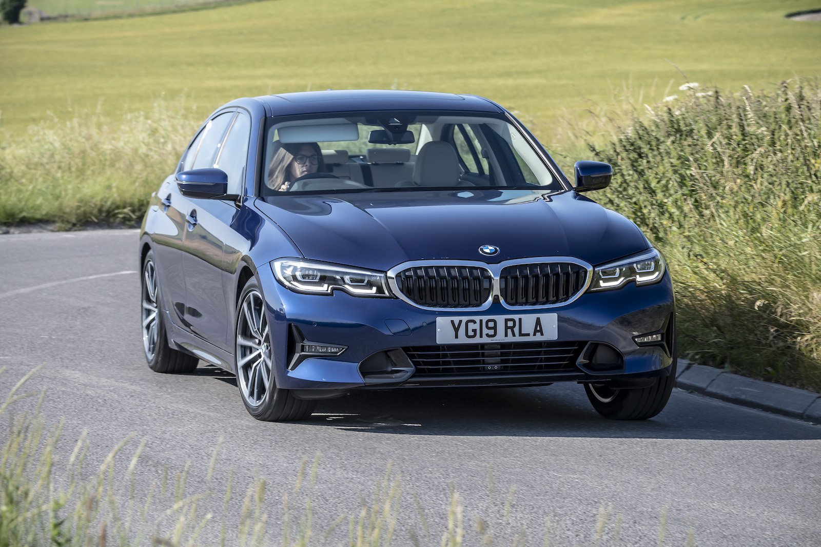 2019 bmw 3 series 318d blue driving front