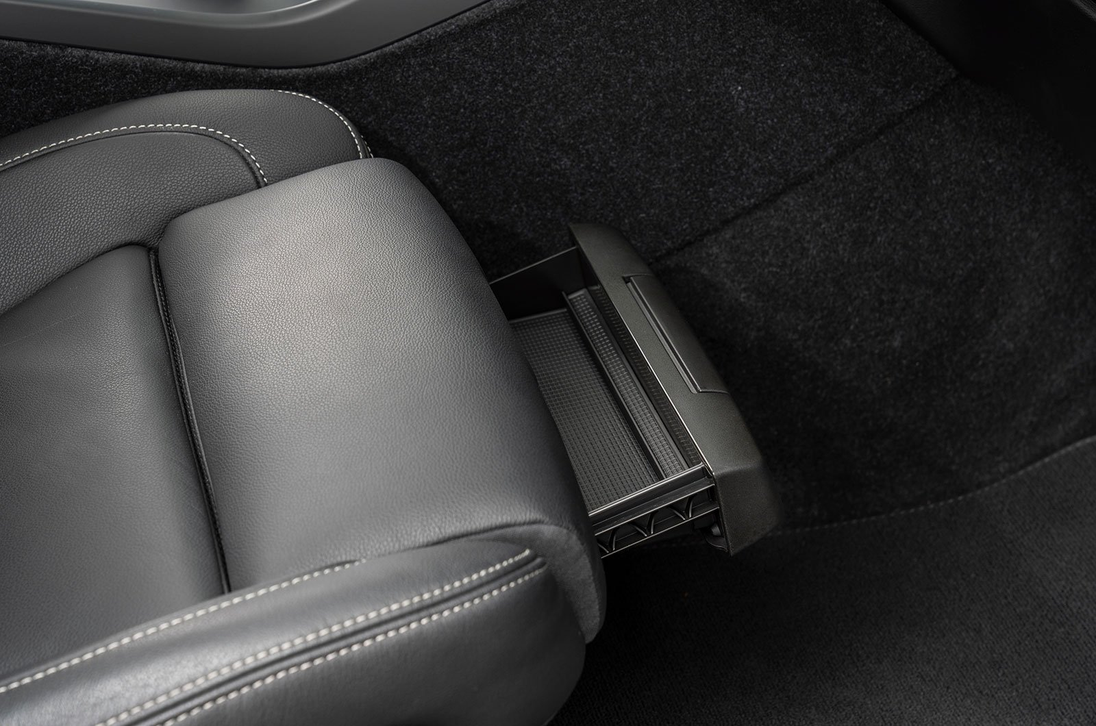 Volvo XC40 driver's seat tray