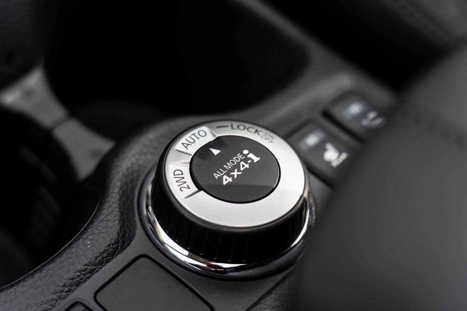 Nissan X-Trail 2019 RHD centre dial detail