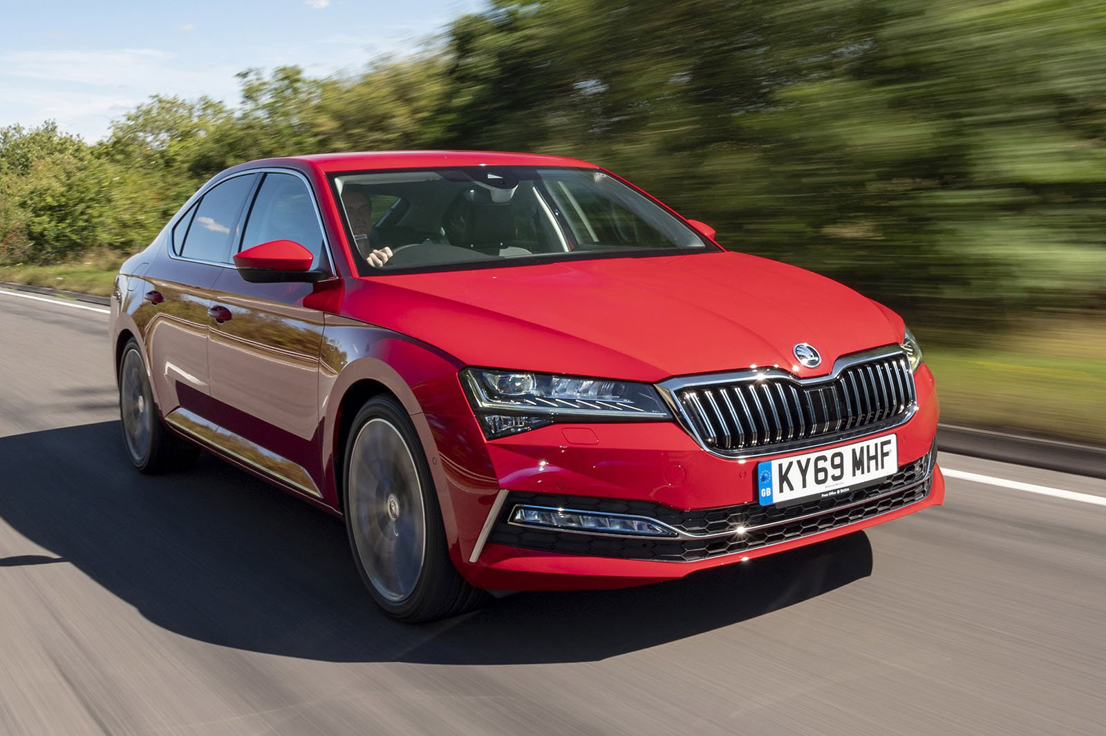 Skoda Superb 2019 front right tracking