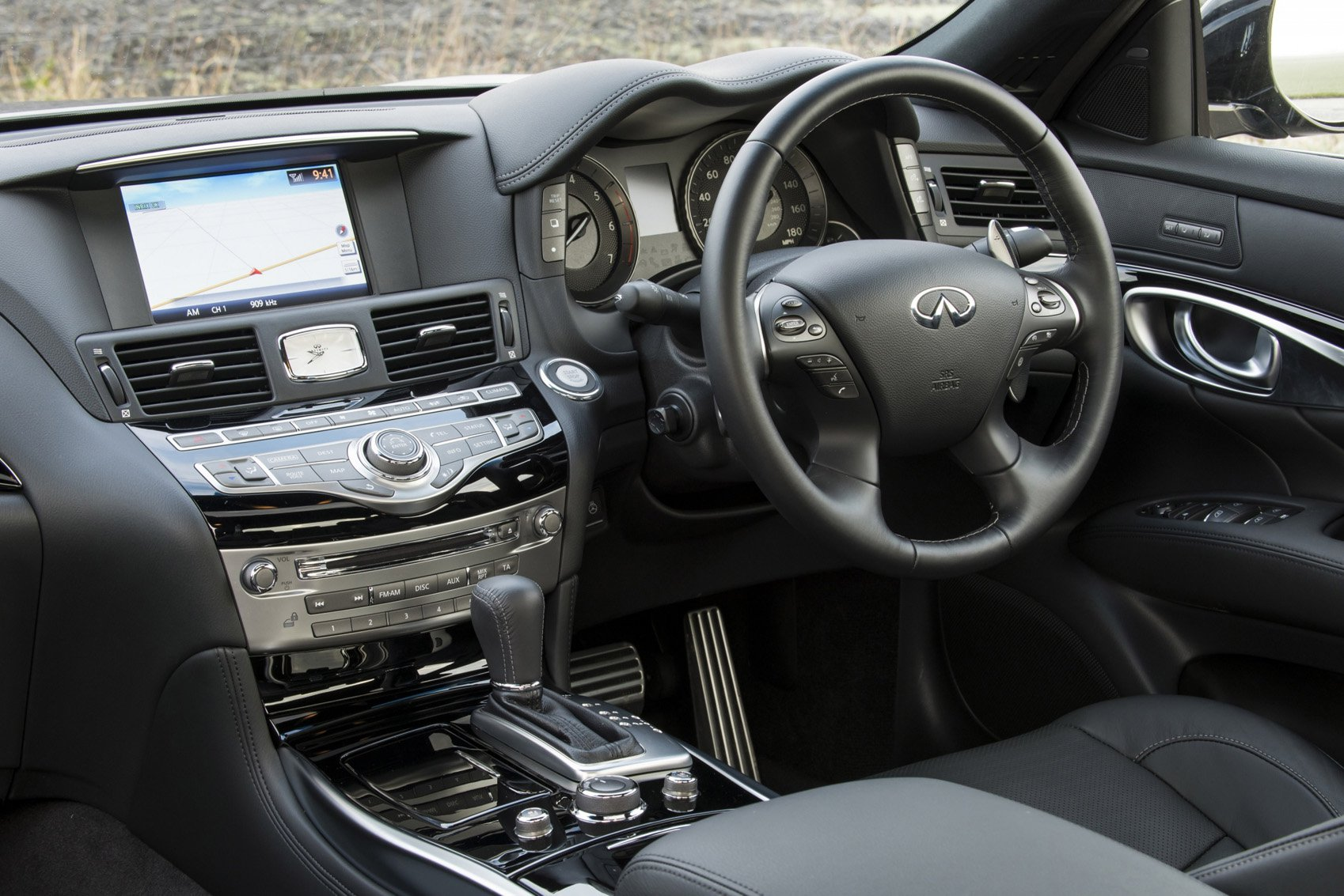 Infiniti Q70h - interior
