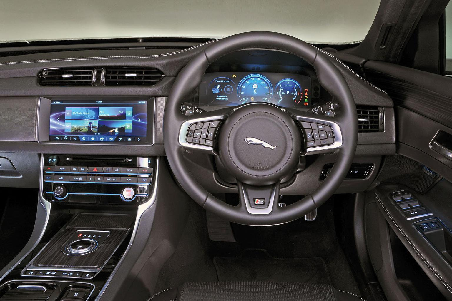 Jaguar XF - interior