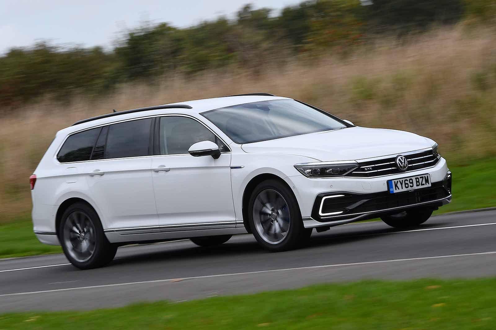 Volkswagen Passat Estate GTE 2019 front wide tracking shot