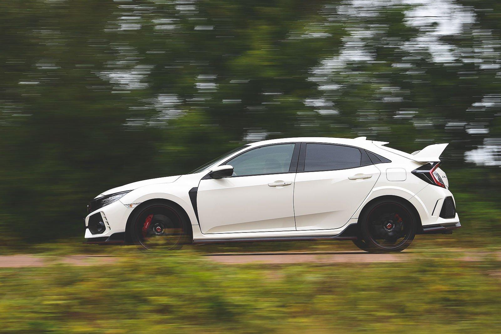 Honda Civic Type R 2019 left side panning shot