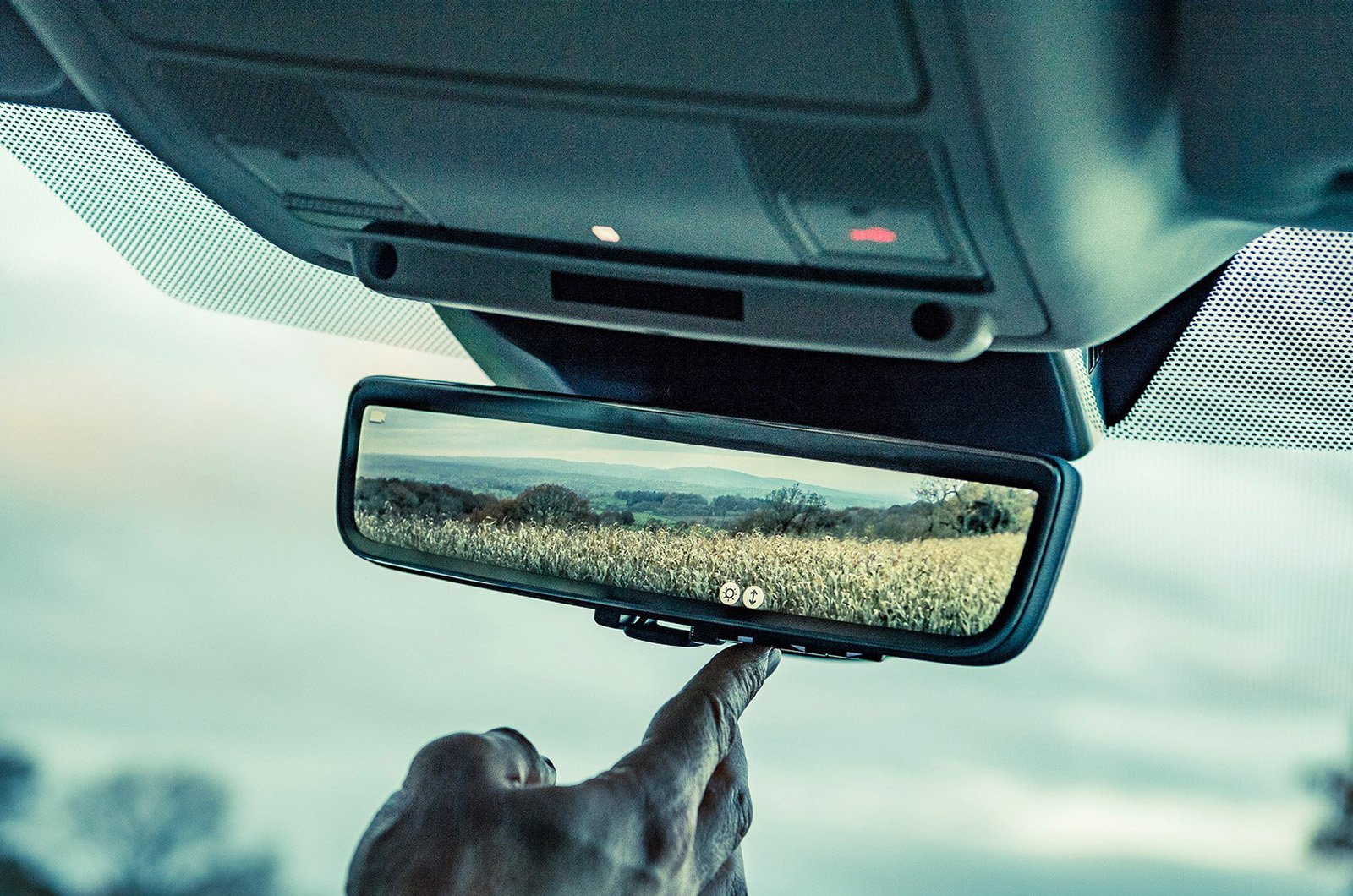 Land Rover - ClearSight Rear View Mirror on Range Rover Evoque