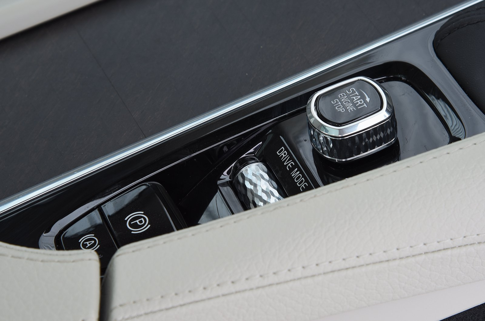LT Volvo V90 Cross Country driving mode control dial
